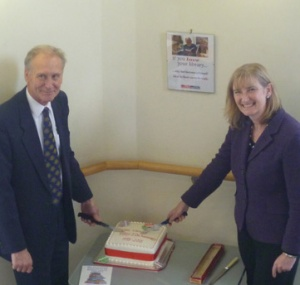 Mayor Gordon Oliver & Sarah Wollaston MP cut the cake